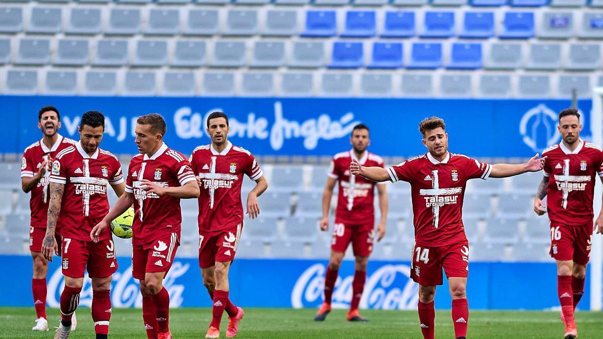 Los jugadores del FC Cartagena, cabizbajos, tras encajar el gol ayer frente al Sabadell.  | LOF