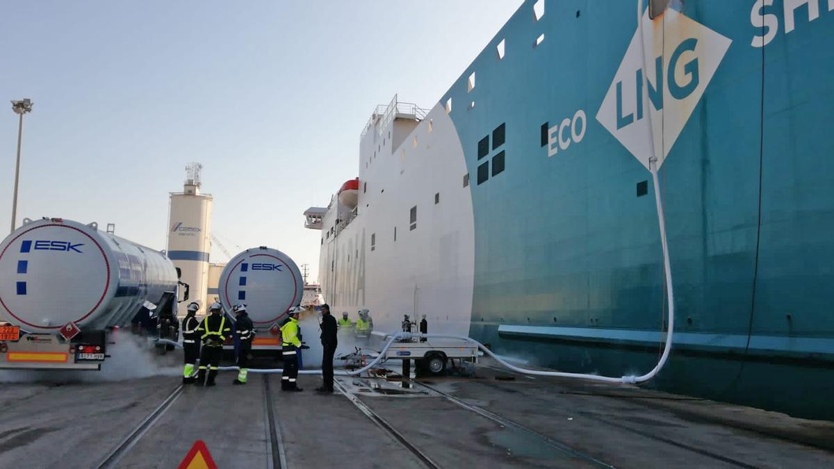 Proceso de carga de combustible de un barco de Baleària en el puerto de València.