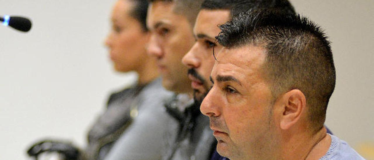 Los cuatro acusados, con 'el Pupi' en primer plano, durante el juicio.