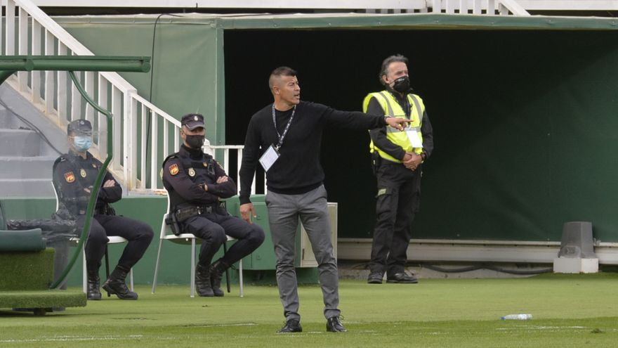 """Almirón: """"La expulsión es exagerada, en el fútbol siempre hay contacto"""""""