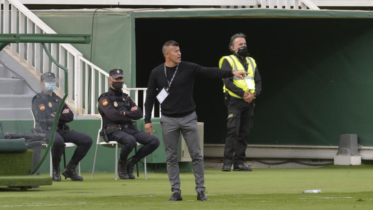 Almirón, durante un instante del partido frente al Cádiz