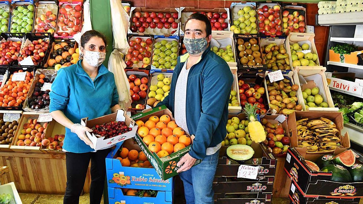 Iris Isabel Félix y Daniel Antonio Goncálvez en la frutería El Abasto.  | // VÍCTOR ECHAVE