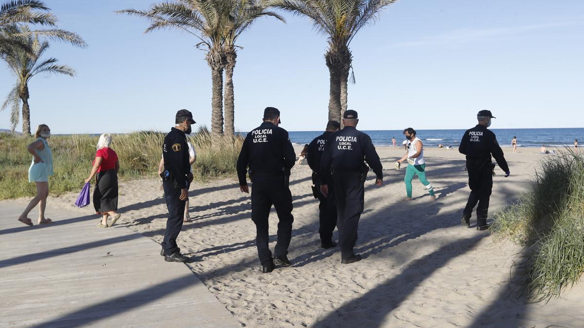 Efectivos de la Policía Local de Castelló, en una playa de la localidad durante el desarrollo de un dispositivo en los últimos meses en una imagen de archivo.