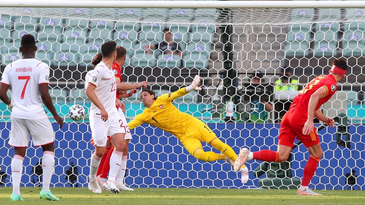 Kieffer Moore marca el gol del empate para Gales