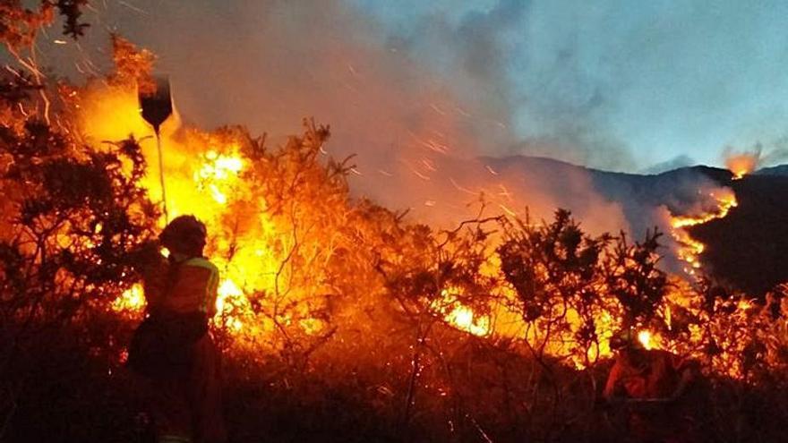 """Asturias sufre en solo un día y en pleno vendaval """"Karim"""" unos treinta incendios"""