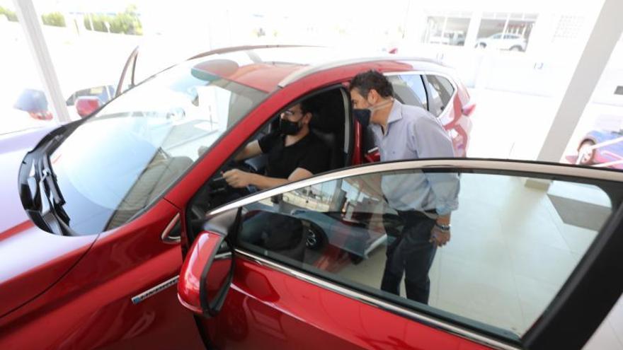 El impacto del covid en el turismo hace caer la venta de coches a la mitad
