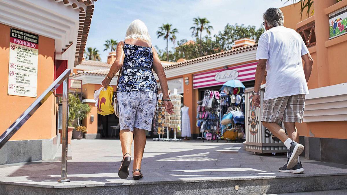 Turistas en un complejo hotelero del sur de Tenerife.      CARSTEN W. LAURITSEN