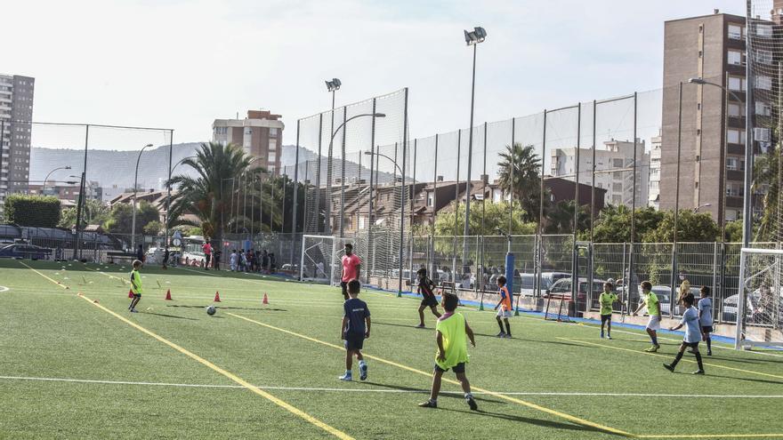 La ausencia de actividades extraescolares provoca el éxodo a clubes deportivos en Alicante