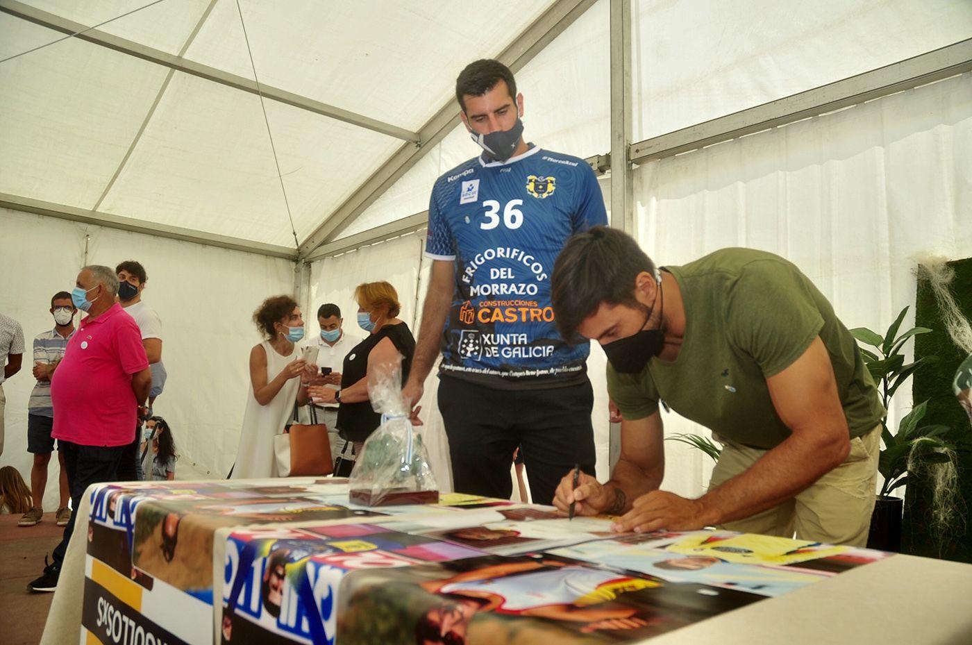 Rodrigo Germade y Rodrigo Corrales dejan su firma en varias lonas conmemorativas. Rafa Vázquez.jpg