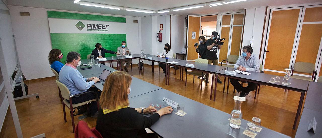 Negueruela, Alfonso Rojo y  directivos de la Pimeef, antes de la reunión.