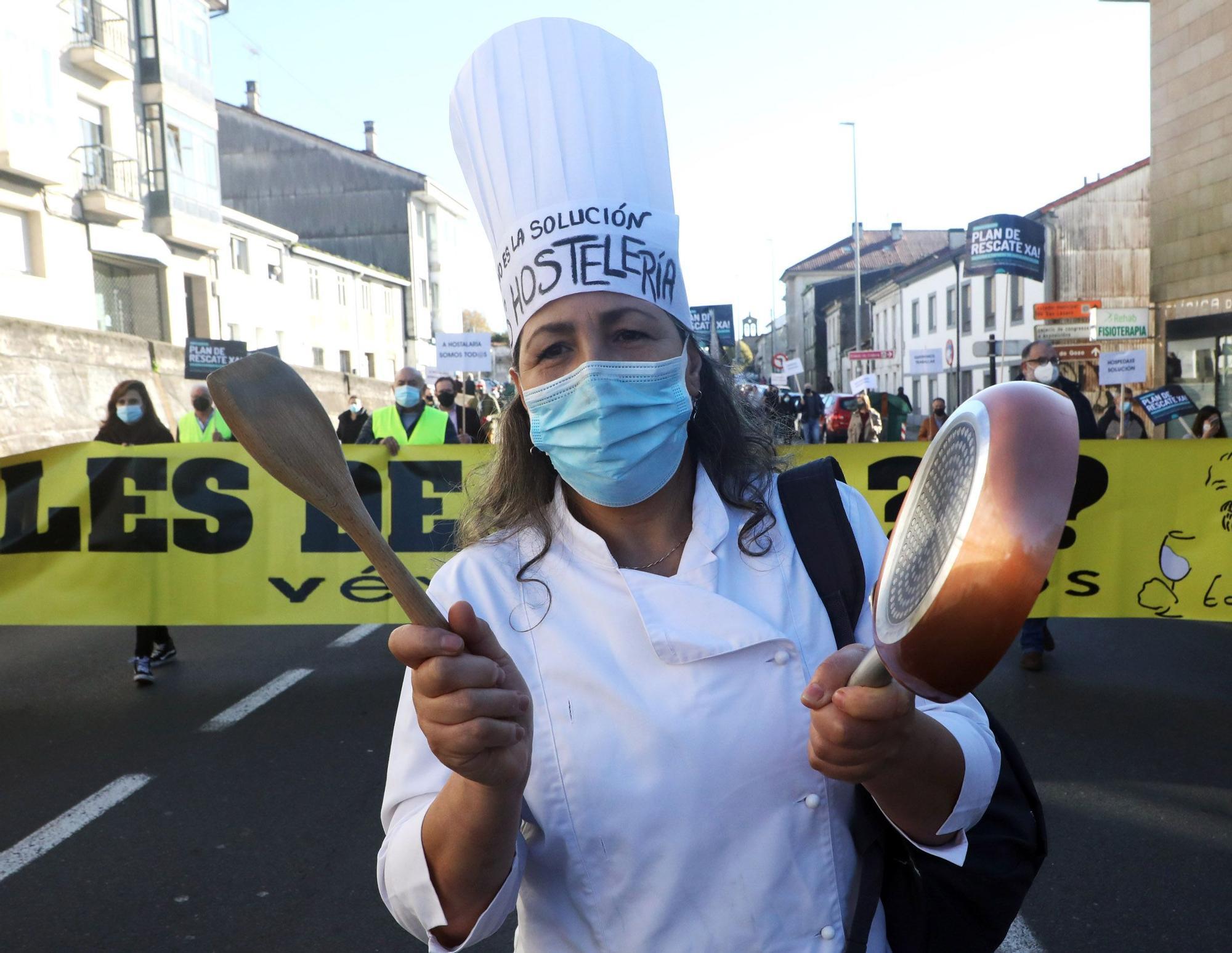 Cientos de empresarios y empleados del sector de la hostelería de diversos puntos de Galicia se han concentrado en Santiago de Compostela para reclamar a las autoridades un plan de rescate urgente ante los efectos de las restricciones impuestas para frenar la propagación de la pandemia de covid-19.