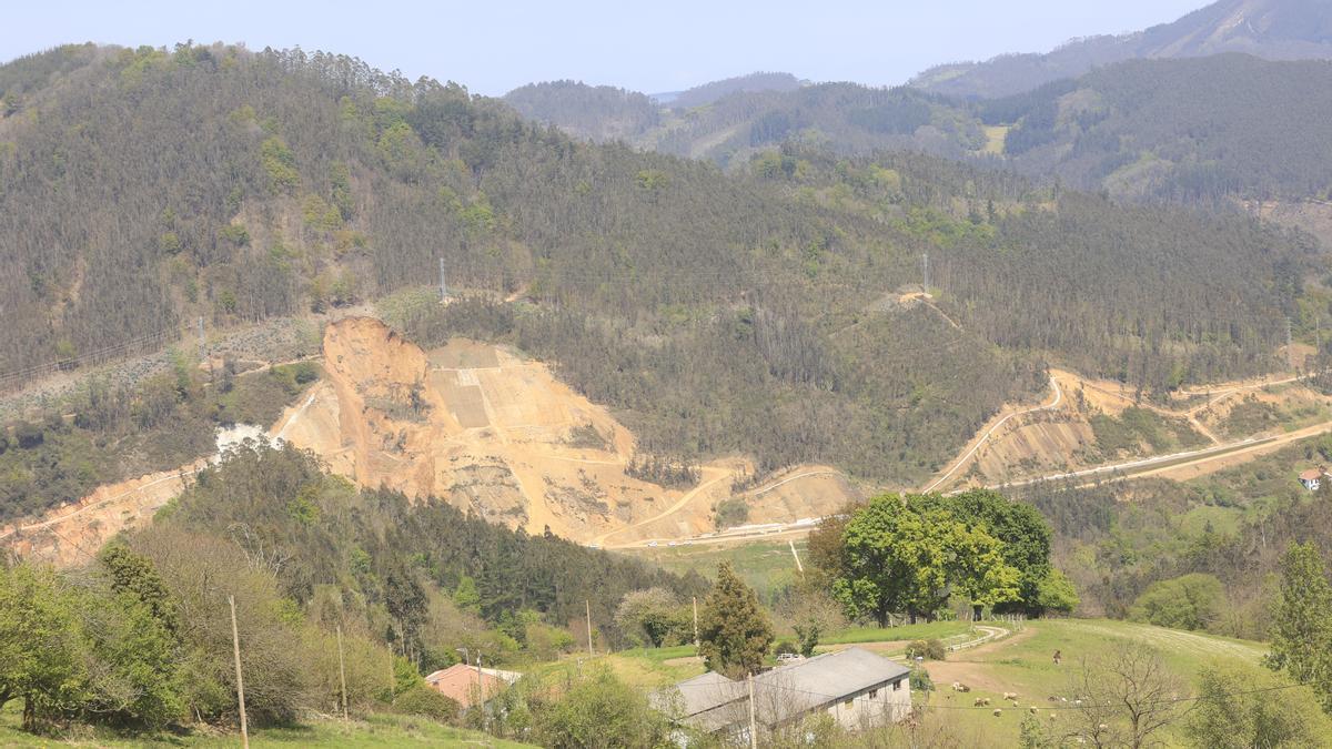 El enorme argayo que corta la nacional 634 entre Salas y Cornellana