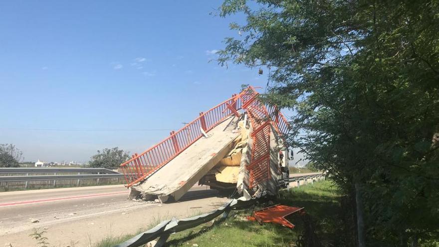 Un camión derriba la pasarela peatonal del Saler (Valencia)