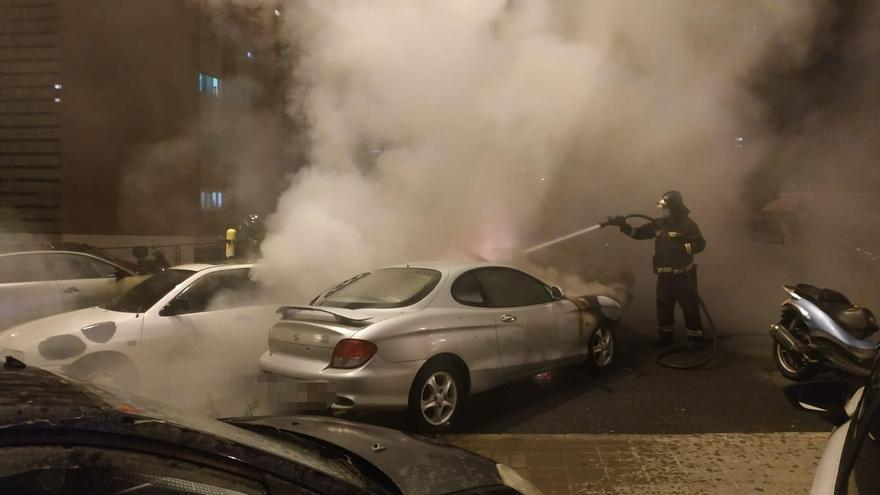 Incendio de madrugada de siete vehículos y una moto en La Feria
