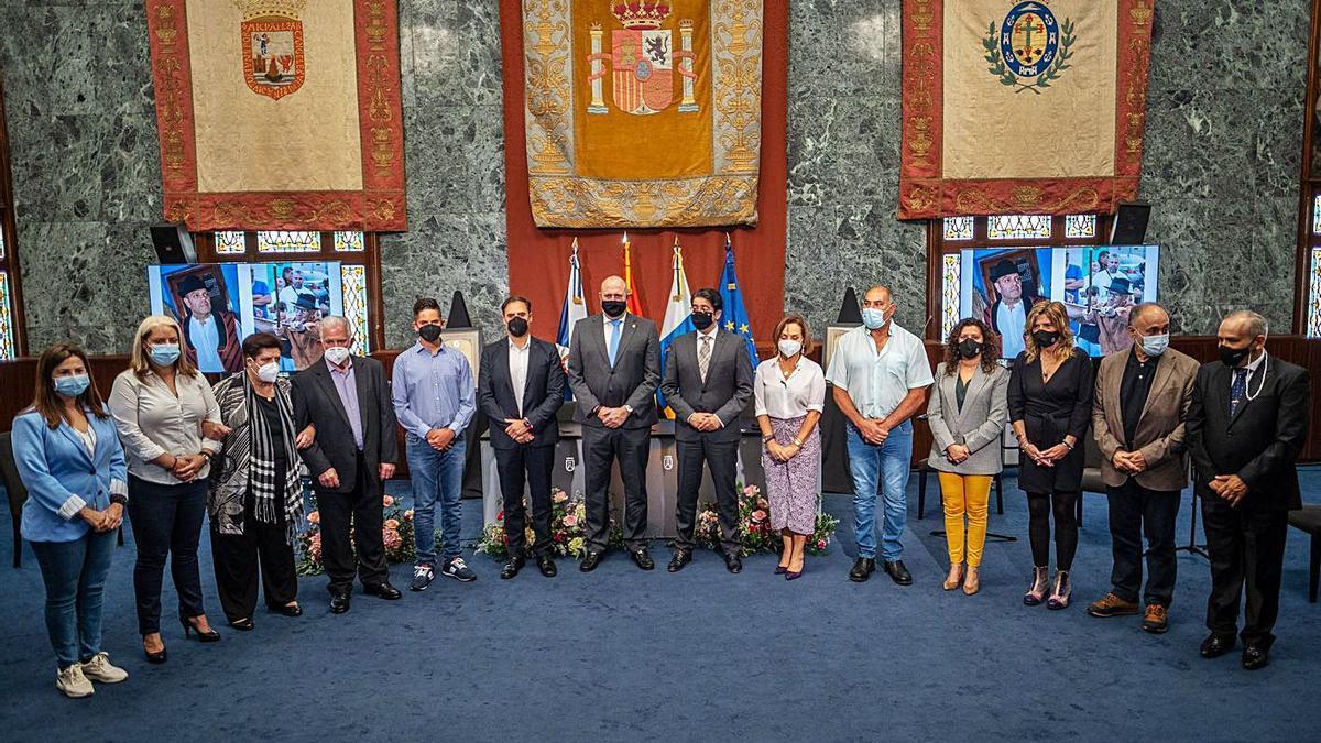 Foto de grupo de los familiares de los homenajeados y los representantes políticos. A la derecha, Pedro Martín entrega su pergamino al hermano de José Ubaldo Hernández. | | ANDRÉS GUTIÉRREZ