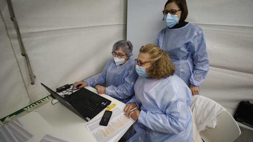 """Julia, la enfermera jubilada que vuelve al HUCA para poner las vacunas del covid: """"Tengo ganas y práctica"""""""