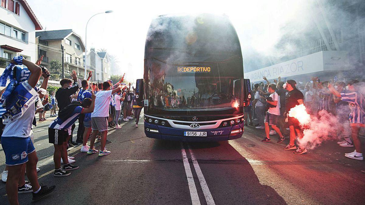 El autobús del Deportivo, ayer a su llegada a Riazor.