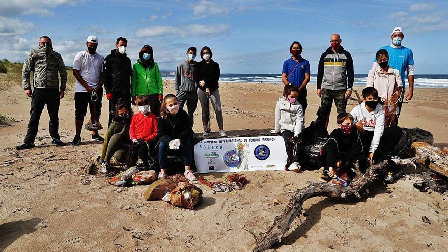 """Un grupo de voluntarios recoge 350 kilos de residuos plásticos en Xagó: """"Es preocupante"""""""