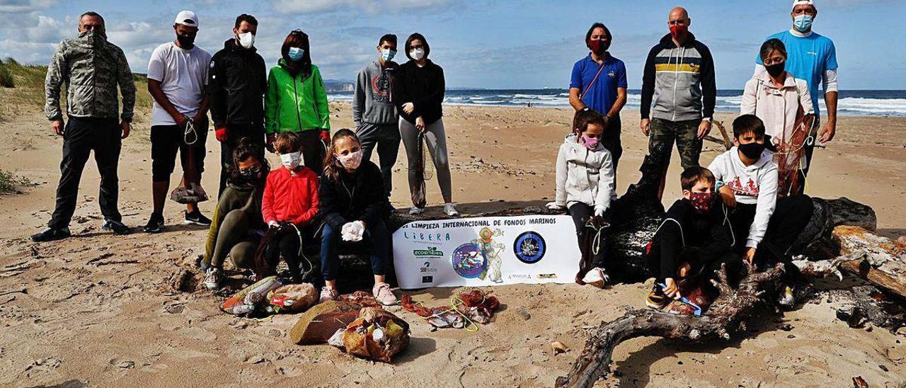 Parte de los voluntarios que participaron en la recogida de basura, ayer, en Xagó.