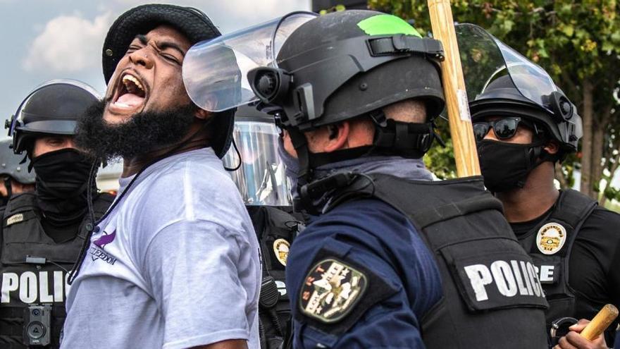 Dos policías serán despedidos en EEUU por la muerte de una afroamericana