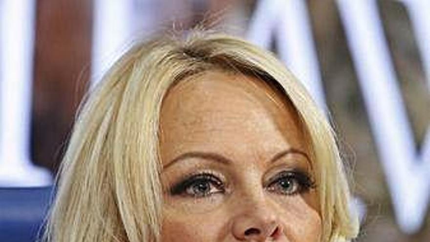 Pamela Anderson critica que el Olympique de Marsella reúna fondos para Notre Dame