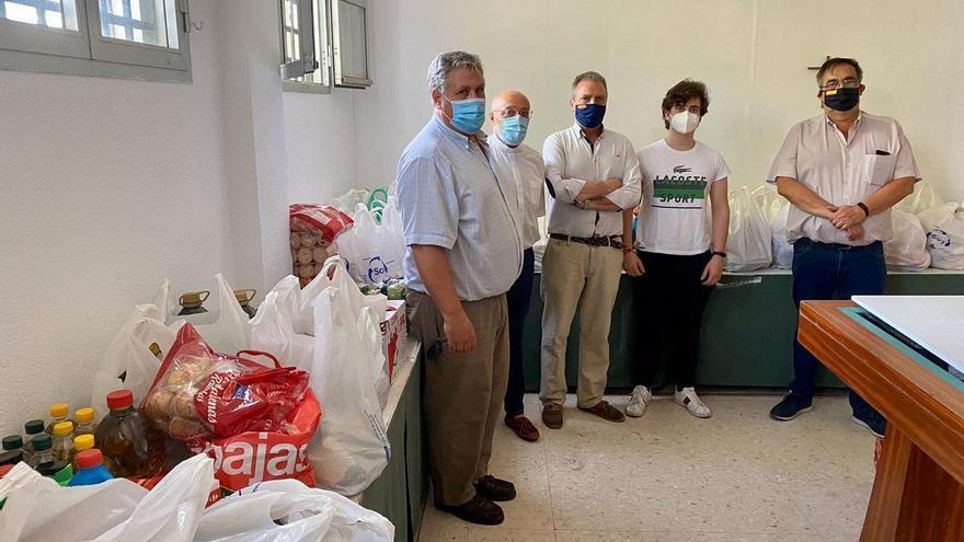 La hermandad de la Buena Muerte entrega 700 kilos de alimentos a Cáritas en el barrio del Guadalquivir