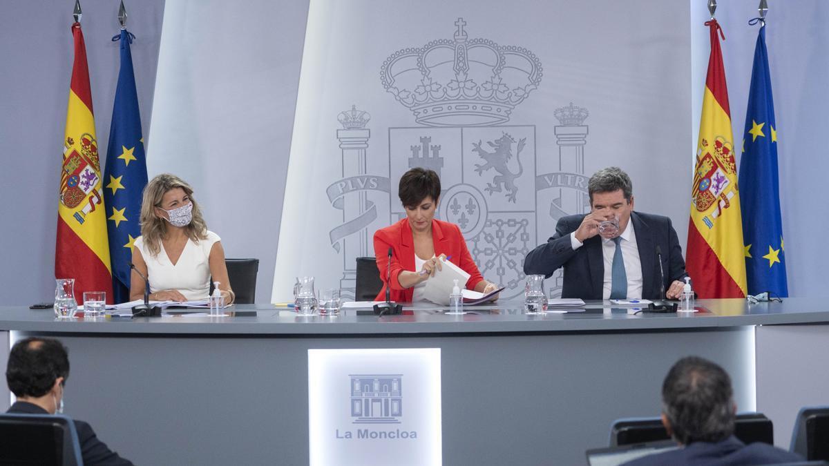 La vicepresidenta Yolanda Díaz; la ministra Portavoz, Isabel Rodríguez y el ministro de Inclusión, Seguridad Social y Migraciones, José Luis Escrivá.