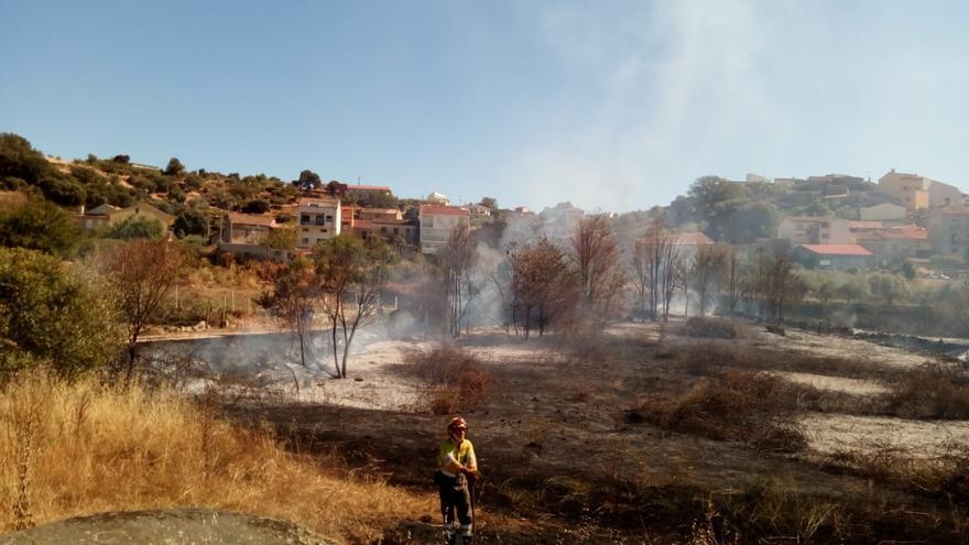 Extinguido el incendio que puso en peligro al casco urbano de Fermoselle