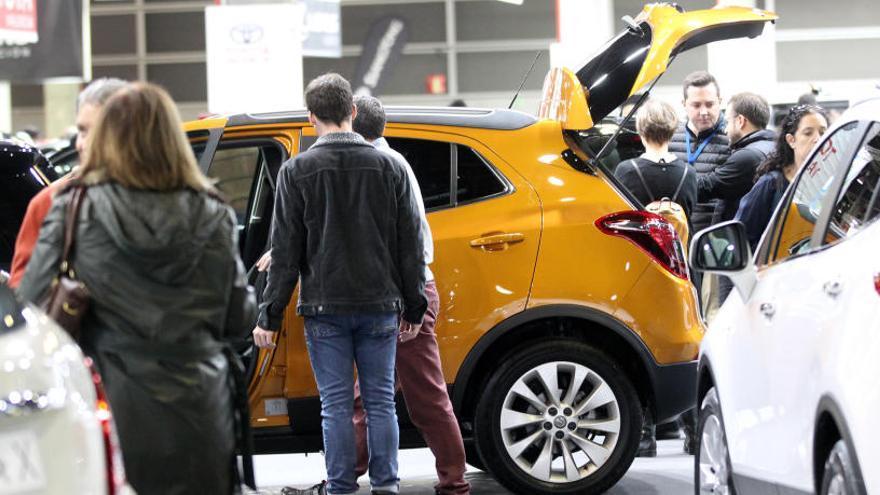 Una foto de archivo de varios clientes mirando coches.