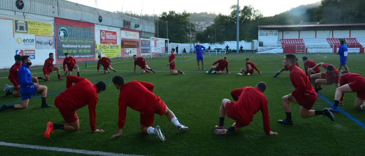 La plantilla del Alondras, ayer, en el regreso a los entrenamientos en el campo de O Morrazo, en Cangas.