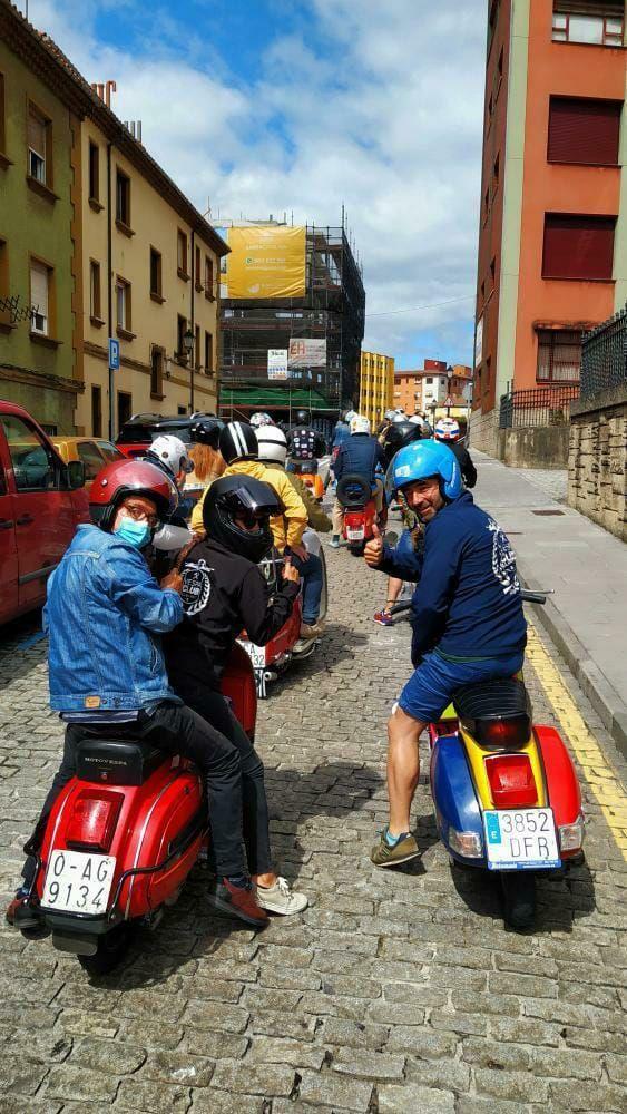 Vespas y Lambretas colorean Gijón