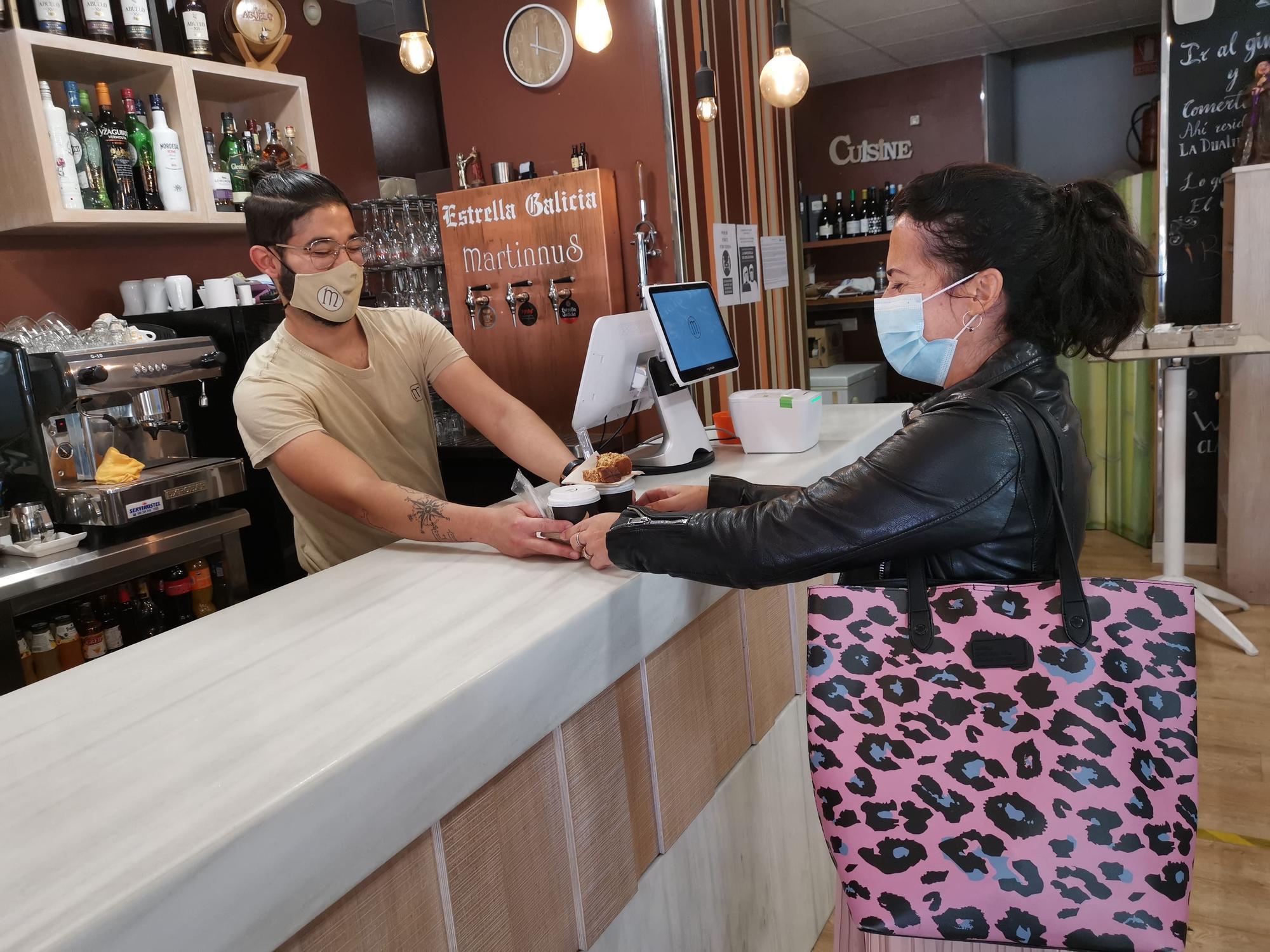 Una clienta se lleva unoa cafés en el Martinnus