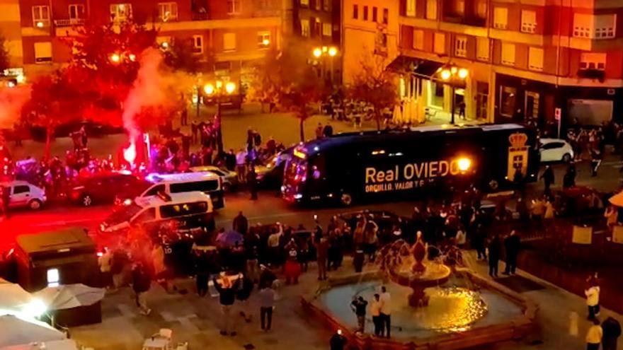 Cientos de aficionados animan al Oviedo antes del derbi con un impresionante bengaleo