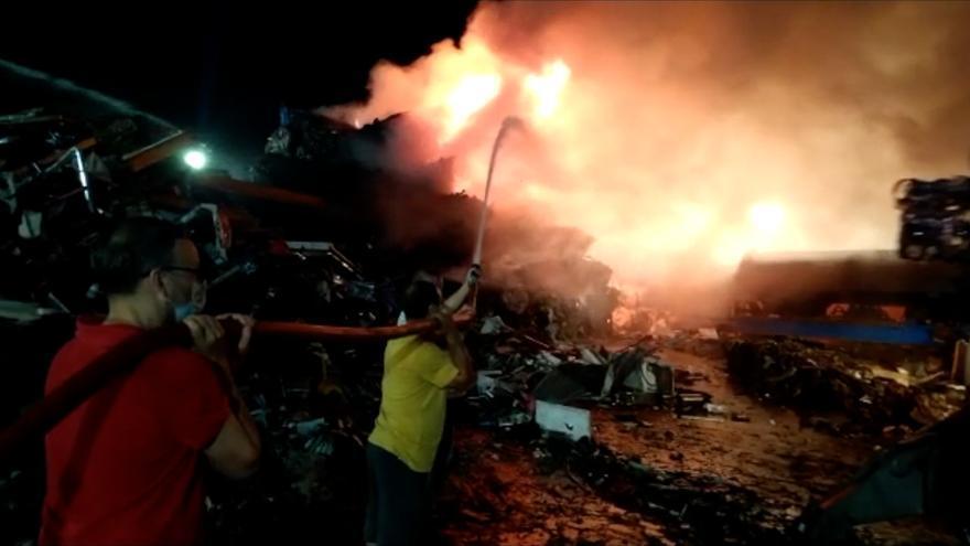 Más de seis horas para apagar el incendio en el desguace de Ibiza