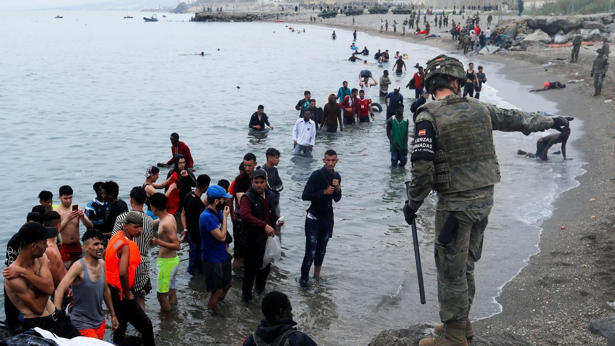 l'Exèrcit, desplegat a la platja de Ceuta per retornar els immigrants