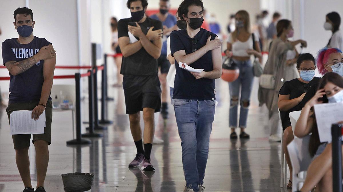 La vacunación de la covid para los veinteañeros ha empezado esta semana de manera masiva en València.    DANIEL TORTAJADA