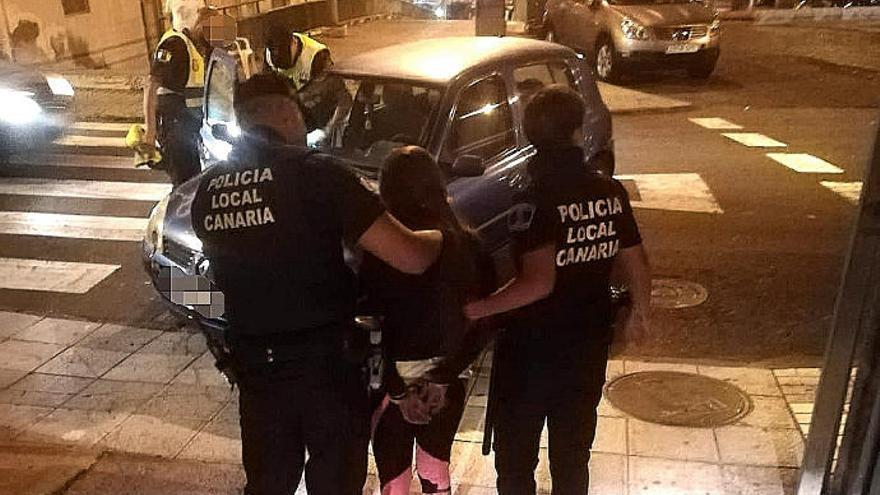 Una conductora ebria se da a la fuga por las calles de Las Palmas de Gran Canaria