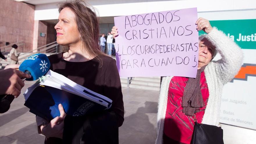 La acusada de participar en la procesión de una vagina de plástico, multada con 2.700€