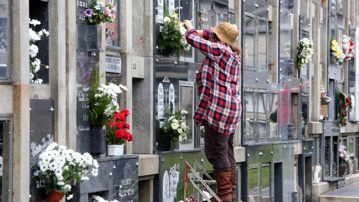 Día de Todos los Santos en el cementerio de Bouzas.