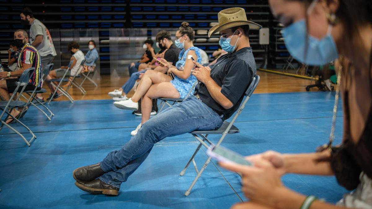 Un grupo de personas durante una jornada de vacunación en el Santiago Martín.