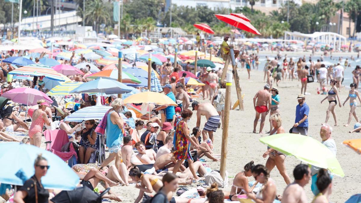 Agosto llega con las playas al completo en Alicante