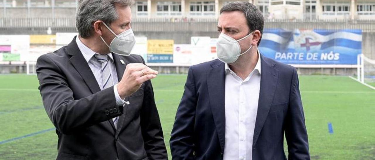 José Miñones, a la izquierda, con el presidente de la Diputación de A Coruña, Valentín Formoso. |  // FDV