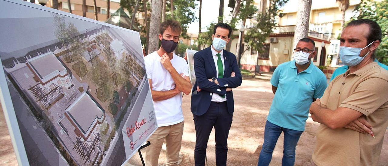 La presentación del proyecto del Jardín de la Música a cargo de los técnicos, el alcalde Rubén Alfaro y el edil José Antonio Amat.    ÁXEL ÁLVAREZ