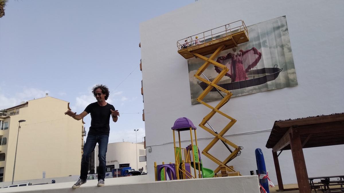 Luis Montolio y, al fondo, la gran fotografía de Rosita Amores