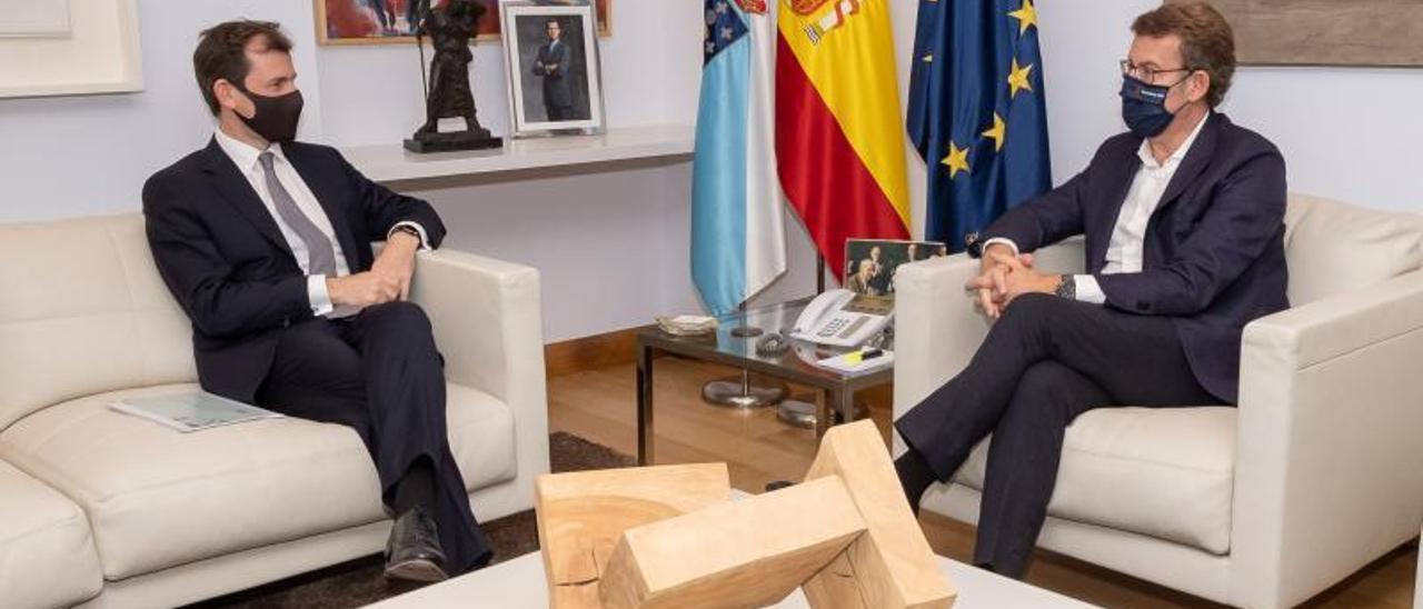 El consejero delegado de EDP, Miguel Stilwell, con el presidente de la Xunta, Alberto Núñez Feióo. |   // EDP