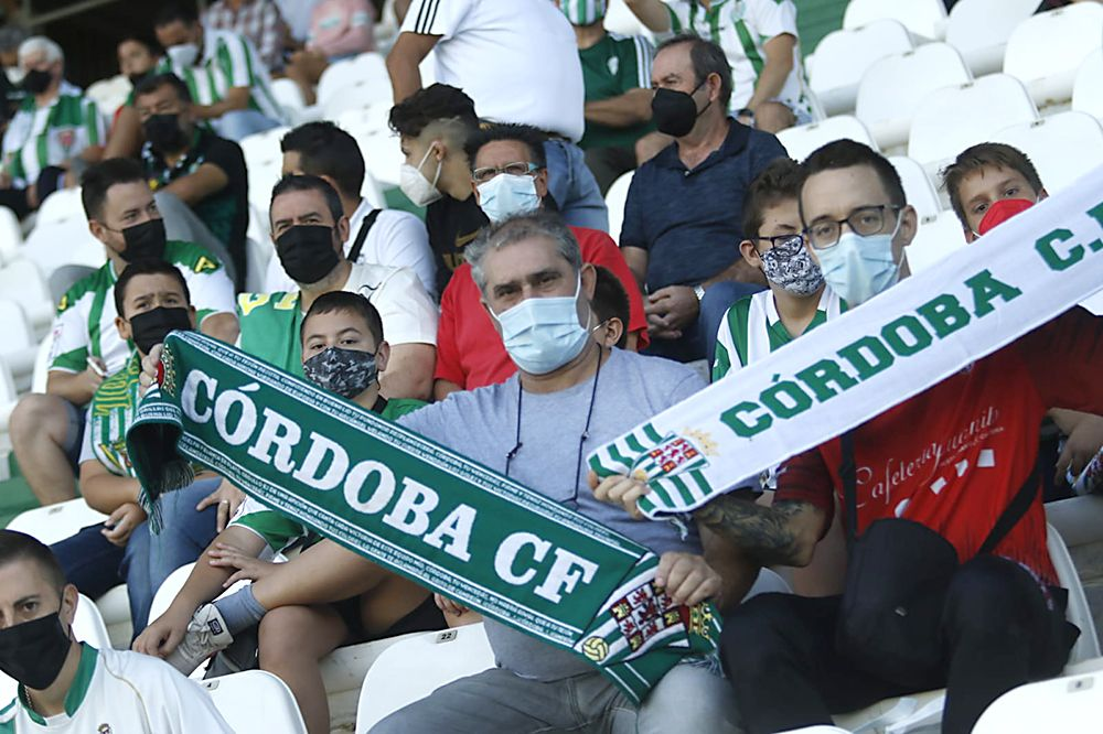Aficionados asistentes al Córdoba CF-UD San Fernando
