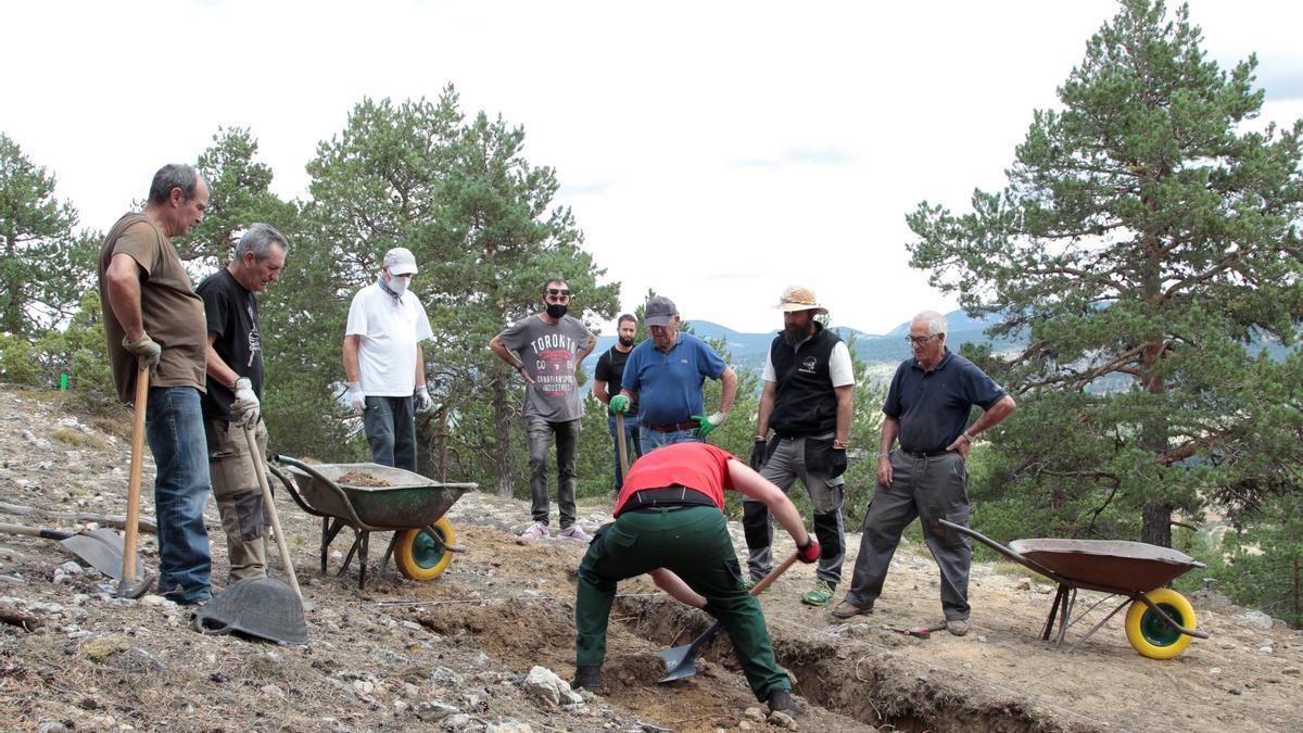 Trabajos de excavación de la trinchera donde se hallan la fosa común, en la Muela de San Juan.