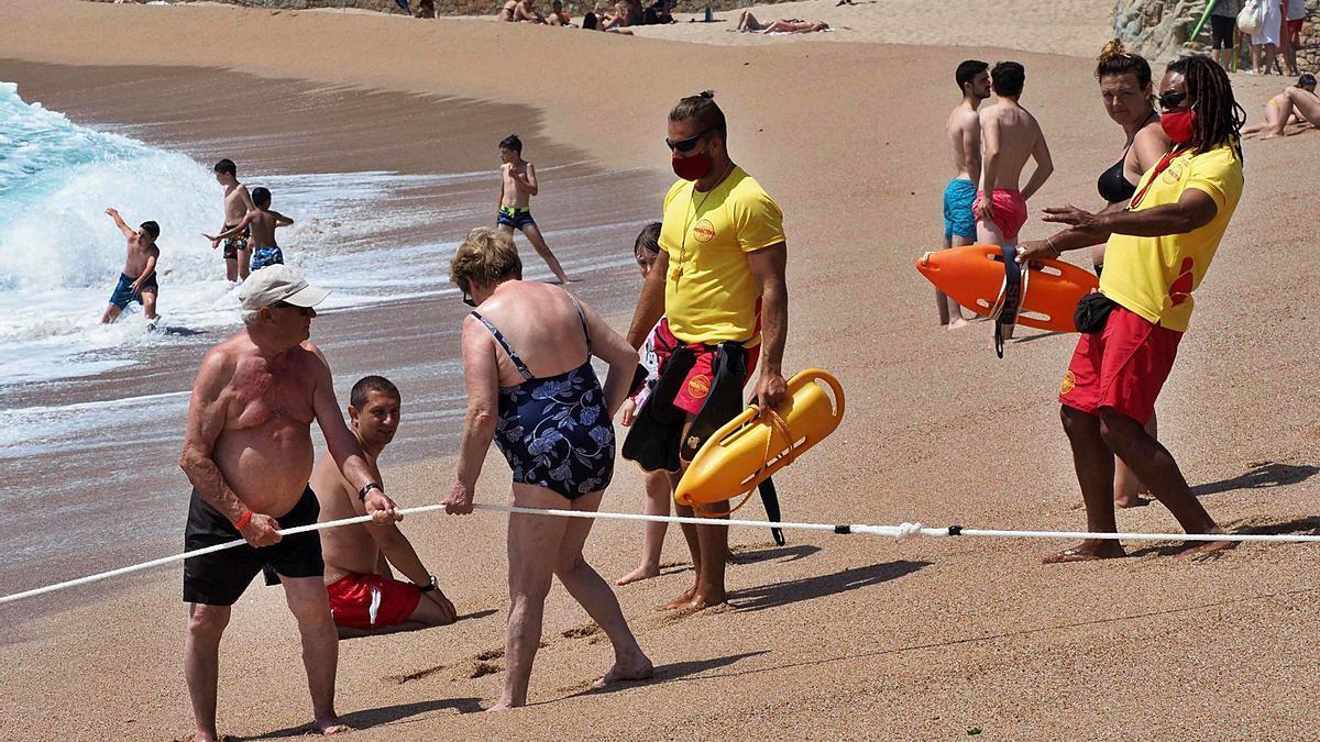 Banyistes i socorristes a la platja de Lloret de Mar ahir al migdia. | PERE DURAN / NORD MEDIA