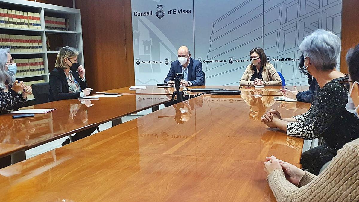 La consellera Mercedes Garrido se reunió ayer con los representantes del Consell de Eivissa y la Oficina de la Mujer.