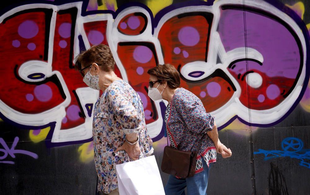 MADRID. 10.08.2020. CORONAVIRUS  COVID-19. Dos mujeres caminan por la calle con mascarilla. FOTO: JOSÉ LUIS ROCA